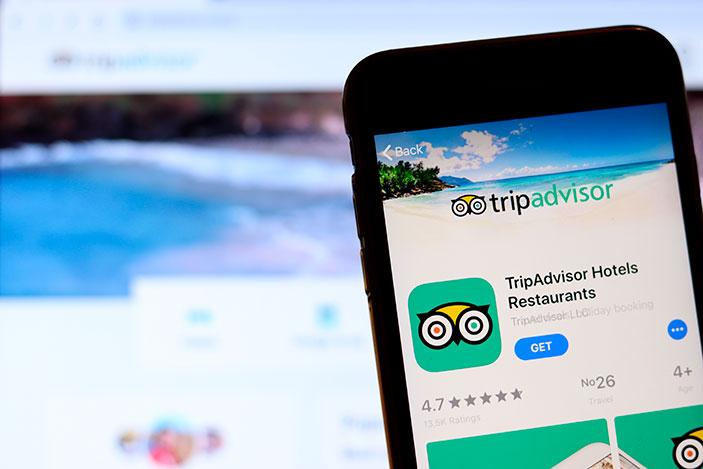 Celular con la app de tripadvisor
