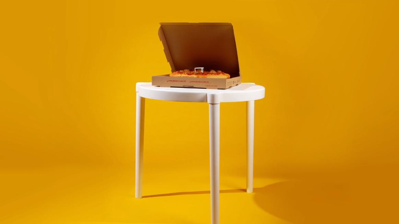una pizza con su propia mesa by ikea y pizza hut