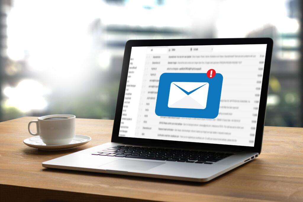 8 estrategias efectivas de email marketing B2B mensajes computador digital SM Digital 8 estrategias efectivas de e-mail marketing B2B
