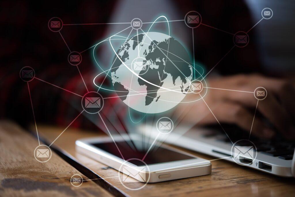 8 estrategias efectivas de email marketing B2B aliado optimizar recursos computador digital SM Digital 8 estrategias efectivas de e-mail marketing B2B