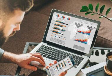 SM-Digital-tienda-online-ecommerce-13-herramientas-tecnologicas-para-desarrollar-tu-tienda-virtual-hombre-celular-portatil-1